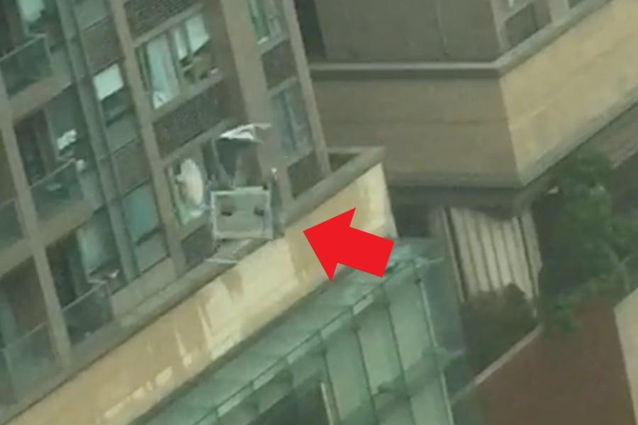 在紅磡昇御門,一架懸掛在大廈外牆的高空工作台在強風下像韆鞦般搖動,不斷撞向大廈,其衝擊力把住戶玻璃窗及部份大廈牆身摧毁,所幸未造成傷亡。(WhatsApp群組)