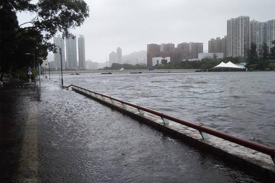 位於沙田城門河畔的單車徑被河水淹沒。(To Wong/香港突發事故報料區Facebook群組)