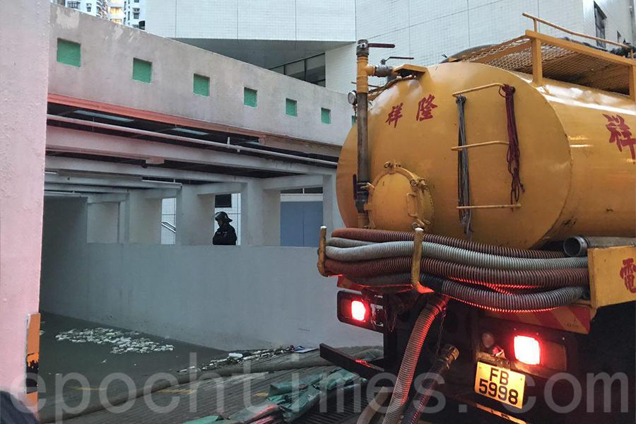下午4時大型管理公司召來大型泵車泵水。(大紀元)
