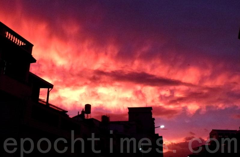 颱風前一日,傍晚天空出現的火燒雲。(龍芳/大紀元)