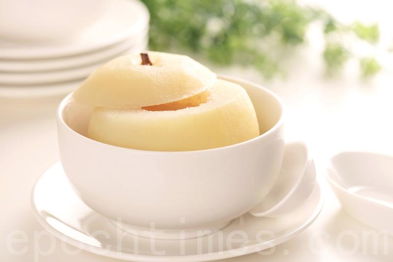 養陰潤肺的「冰糖燉梨」。(龔安妮/大紀元)