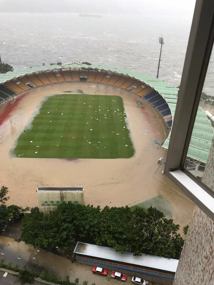 小西灣運動場在風暴期間出現嚴重水浸。(Matthew Woo/香港突發事故報料區facebook)