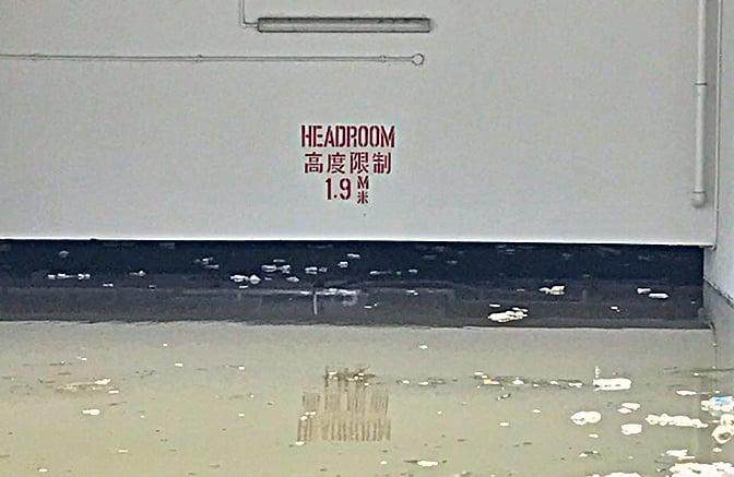 杏花邨地庫停車場水浸,水深達1.8米,料有二、三十輛車輛被淹沒,車主損失慘重。(余鋼/大紀元)