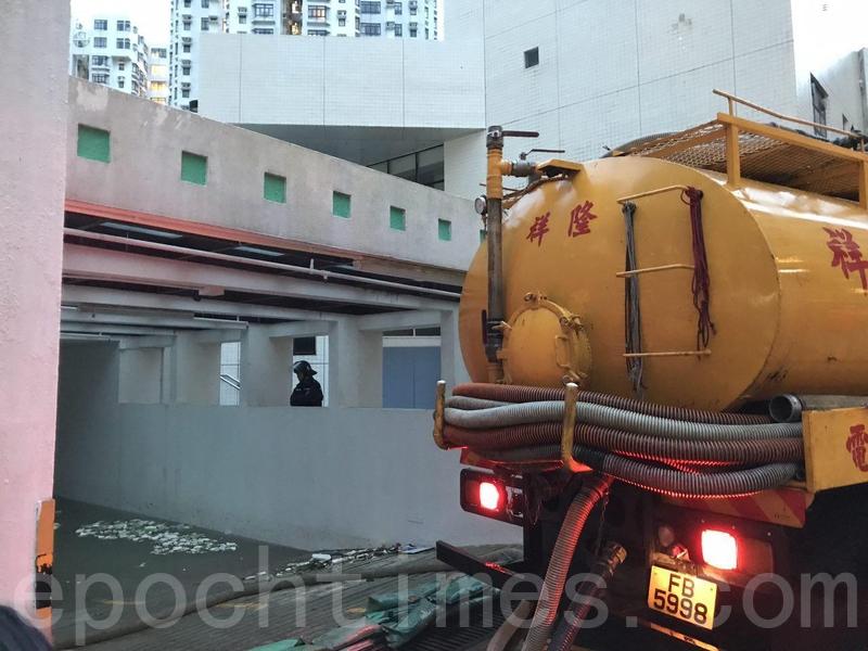 杏花邨停車場被完全完全淹浸,物業管理公司派出3架真空吸缸車到場清理積水。(讀者提供)