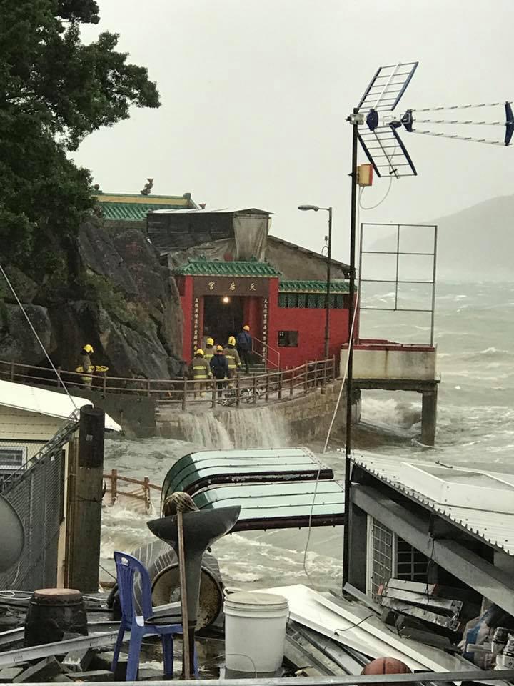 鯉魚門有村民被水圍困,消防員入村搜救。(Ka Kui Chan/香港突發事故報料區)