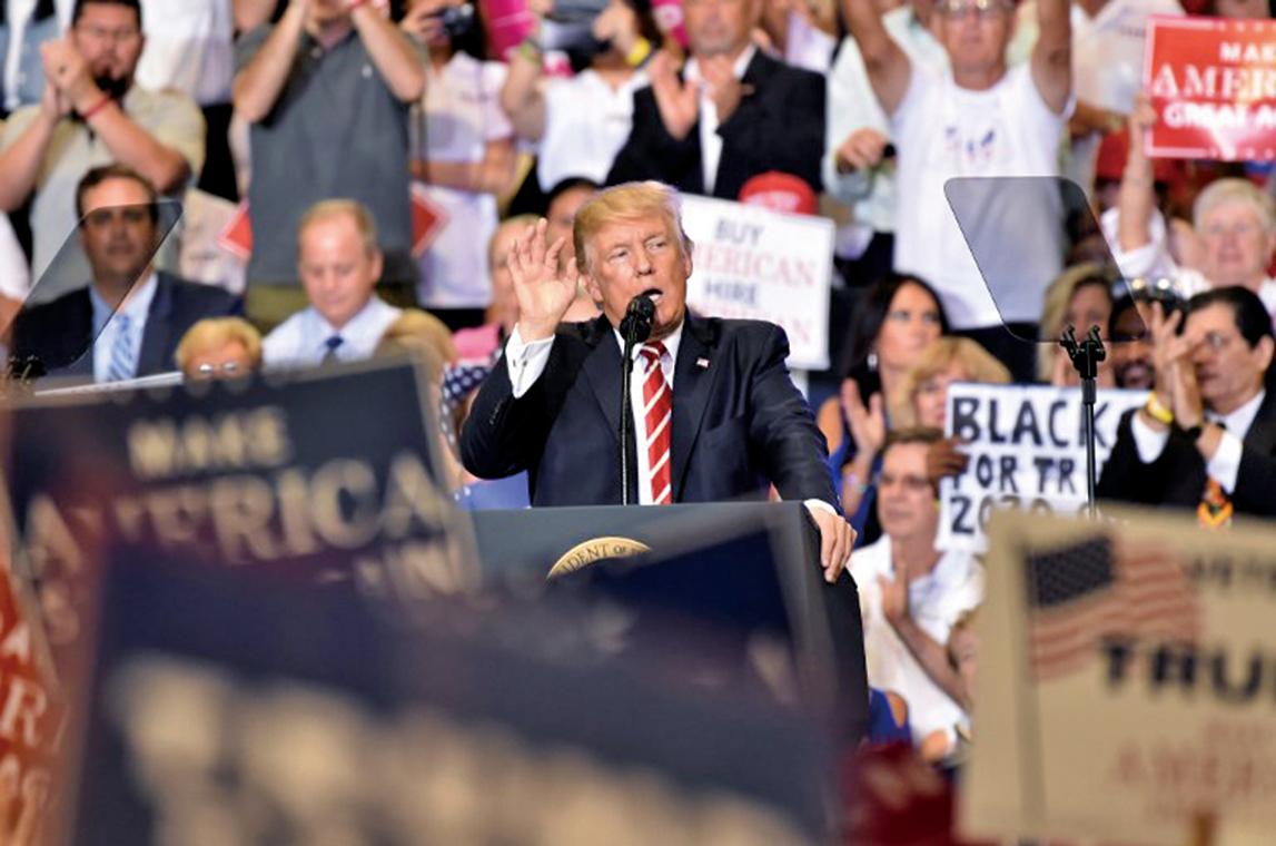 美國總統特朗普於2017年8月22日在亞利桑那州鳳凰城舉行「讓美國再次偉大」集會,並批評媒體對維珍尼亞州衝突事件,散播不實消息。(AFP)