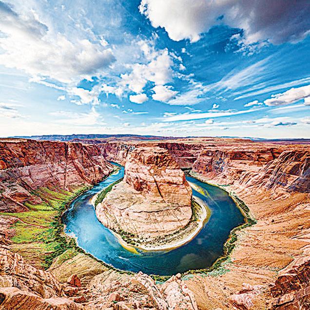 蹄鐵灣是科羅拉多河靠近亞利桑那州佩吉市的一個馬蹄形河灣,坐落在格倫峽谷水壩和鮑威爾湖的下游。(Shutterstock)