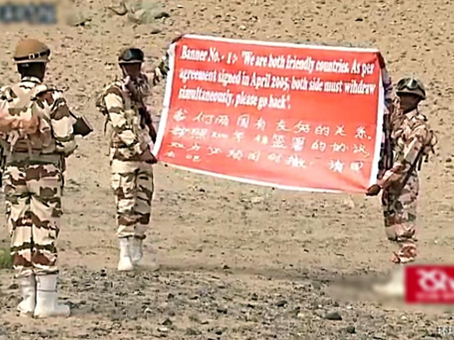 日前,印度軍方演練雙中印對陣時的情景,用中英文向中方傳遞友好態度。(視像擷圖)