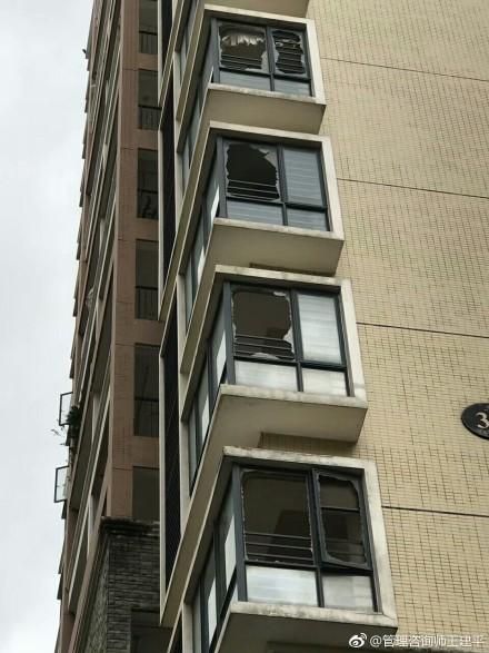 大樓玻璃被大風吹破。(網絡圖片)