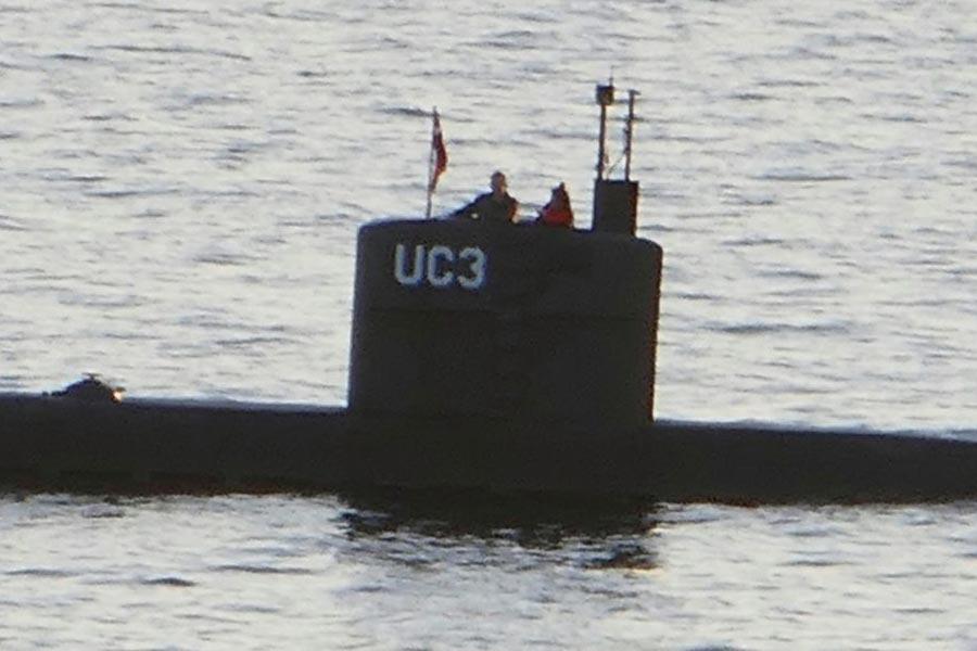 圖為瑞典女記者金・華爾(Kim Wall)和丹麥發明家馬德森(Peter Madsen)在他的自製潛艇上。(PETER THOMPSON/AFP/Getty Images)