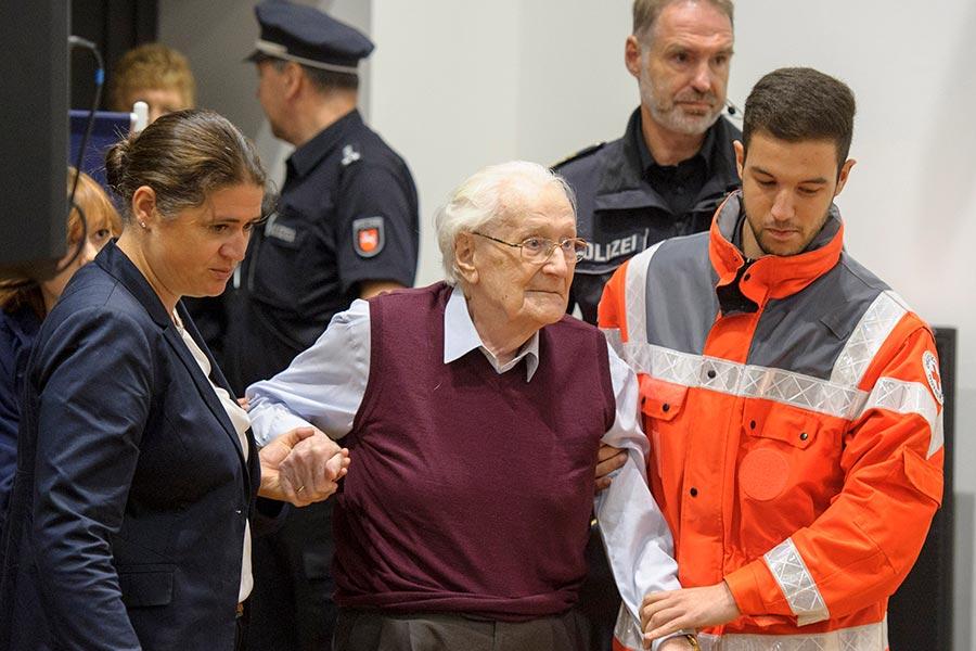 被外界稱為「奧斯威辛會計」的德國前納粹黨員格勒寧(中)。(Hans-Jurgen Wege - Pool/Getty Images)