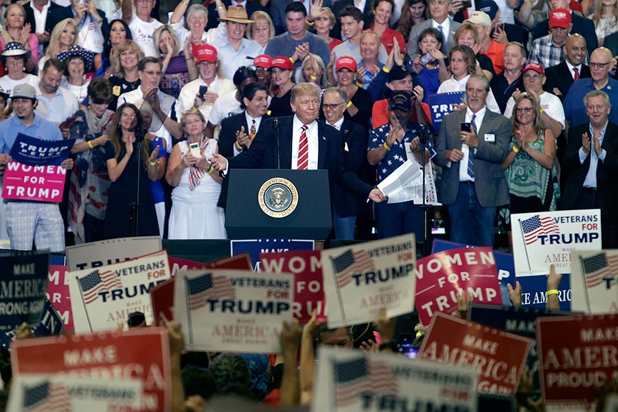 美國總統特朗普周二(22日)晚上參加在亞利桑那州首府鳳凰城的集會活動,並針對國內外局勢發表演說。(Ralph Freso/Getty Images)