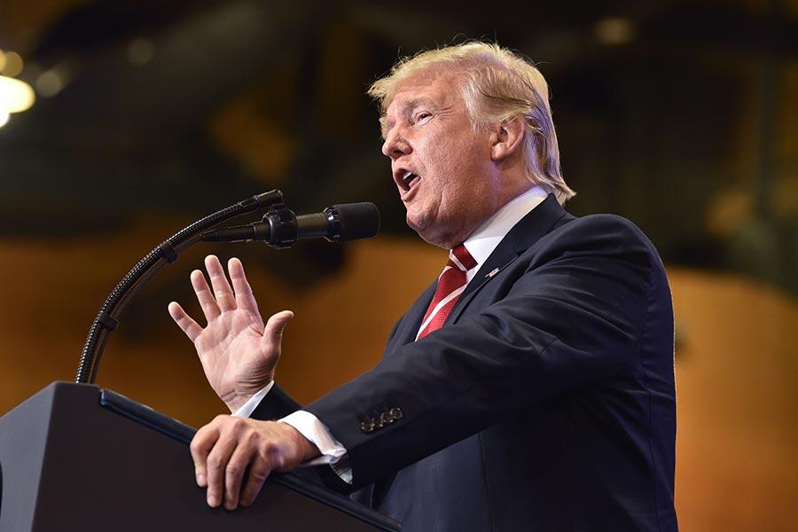 特朗普周二(22日)晚上在鳳凰城集會活動上發表演說。(NICHOLAS KAMM/AFP/Getty Images)