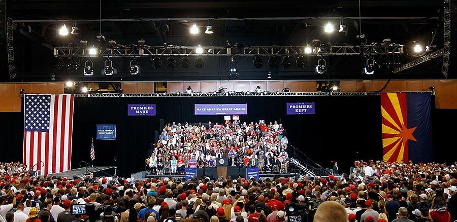 周二(22日)晚上在鳳凰城的集會活動,現場擠滿1.5萬名特朗普支持者。(Ralph Freso/Getty Images)