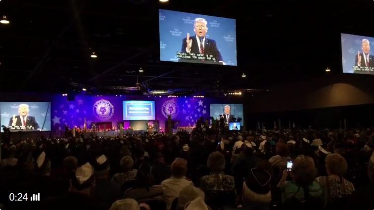 美國總統特朗普周三(23日)下午在內華達州簽署和退伍軍人有關的「歷史性法案」,並發表本周的第三場演說。(特朗普推特視像擷圖)