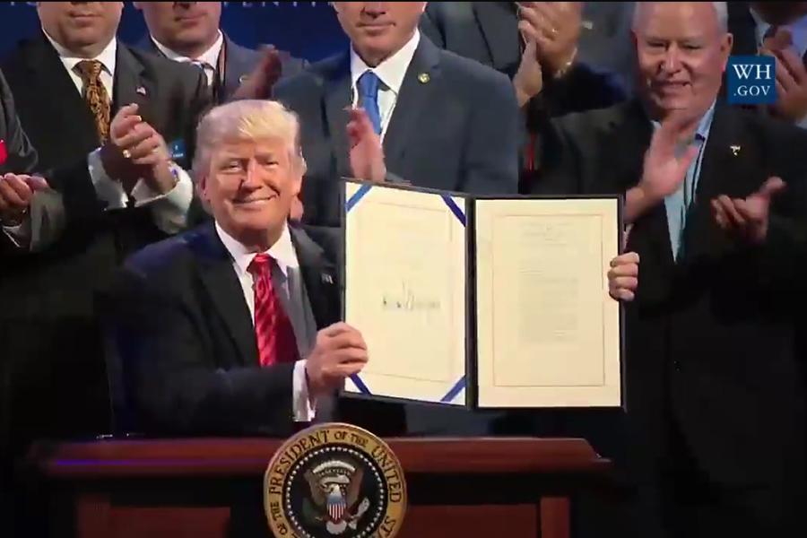 特朗普23日簽署《退伍軍人申訴改進及現代化法案》。(白宮臉書視像擷圖)