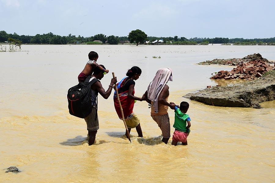 南亞洪水肆虐,其中尼泊爾和孟加拉國各有三分之一的地區受到影響。印度多個邦也受災嚴重。(PRAKASH MATHEMA/AFP/Getty Images)