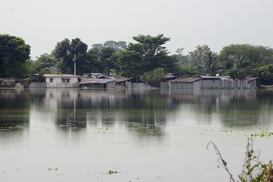 南亞地區的印度,尼泊爾和孟加拉國近日來遭遇洪水襲擊,造成800多人死亡,超過2400萬人受災。(DIPTENDU DUTTA/AFP/Getty Images)