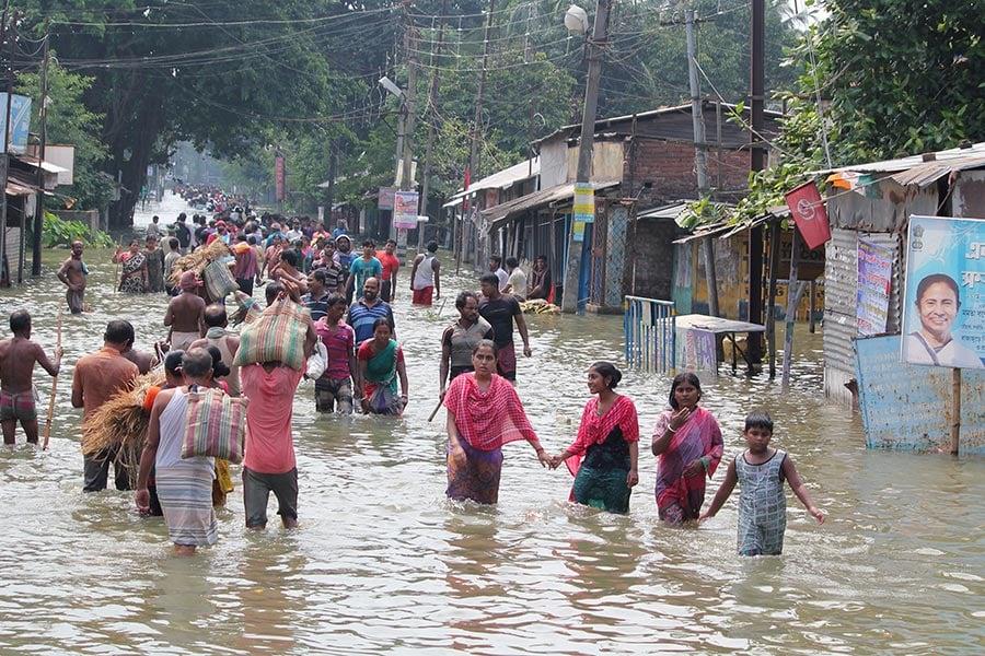 南亞地區的印度,尼泊爾和孟加拉國近日來遭遇洪水襲擊,造成800多人死亡,超過2,400萬人受災。(STR/AFP/Getty Images)