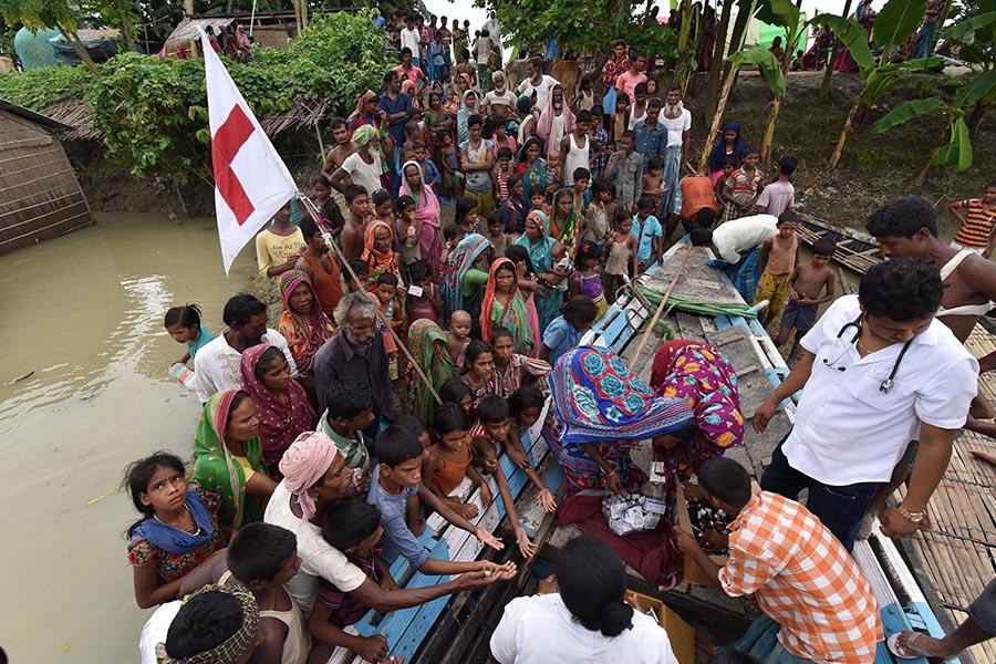 南亞地區的印度,尼泊爾和孟加拉國近日來遭遇洪水襲擊,造成800多人死亡,超過2,400萬人受災。(BIJU BORO/AFP/Getty Images)