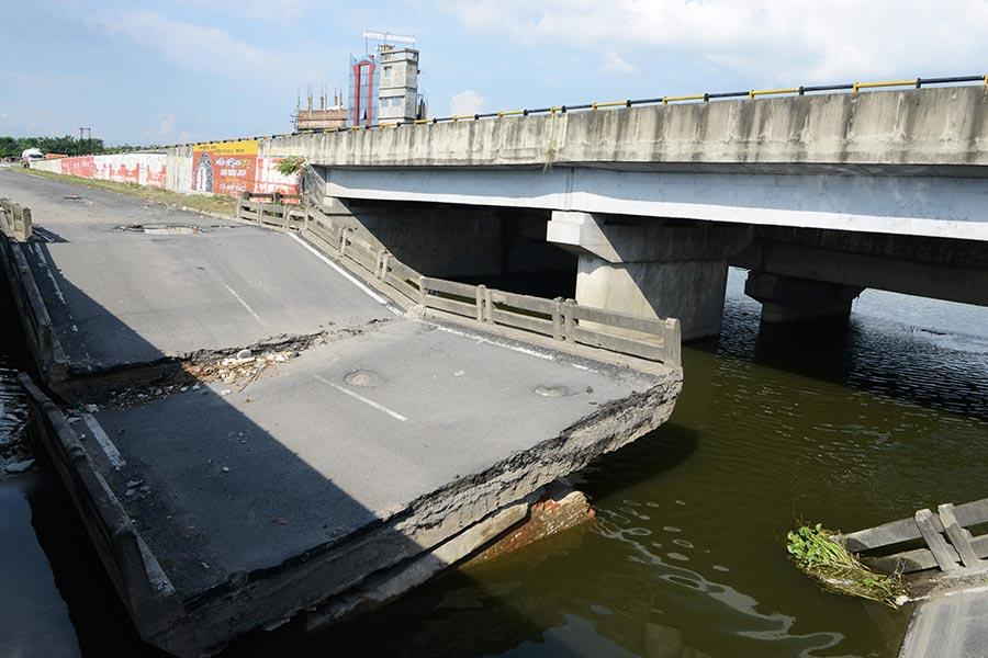 南亞地區的印度,尼泊爾和孟加拉國近日來遭遇洪水襲擊,造成800多人死亡,超過2,400萬人受災。(DIPTENDU DUTTA/AFP/Getty Images)