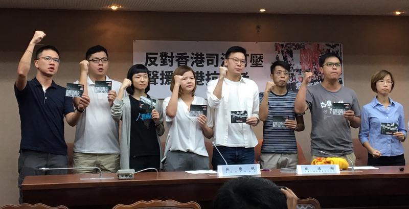 香港「佔中」運動核心人物黃之鋒等3人被判刑。太陽花學運領袖之一林飛帆(右三)8月24日表示,香港民主正面臨嚴峻挑戰,這對亞洲其他民主政體都是重要警訊,台灣社會也應持續關注香港。(中央社)