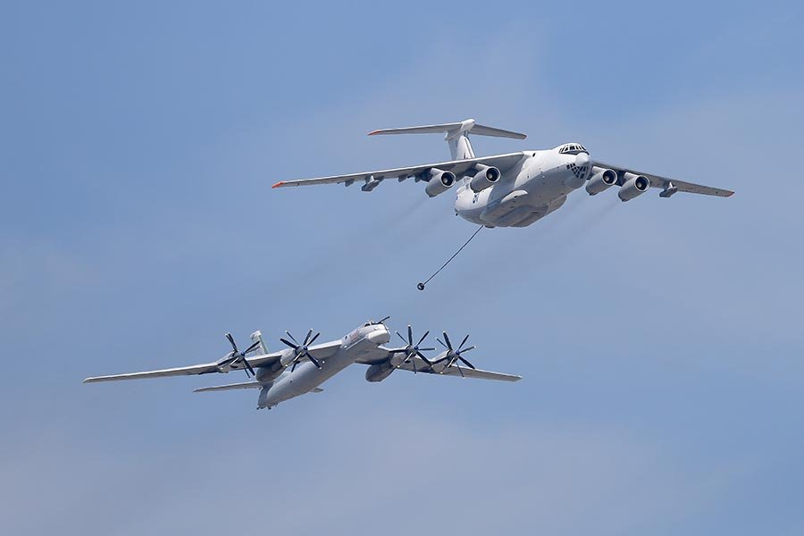 俄羅斯國防部於2017年8月24日聲明,該國圖-95MS核武戰略轟炸機在太平洋上空執行飛行任務,引日韓戰機緊急升空伴飛。本圖為2015年5月9日,俄羅斯慶祝二戰勝利70周年舉行武器閱兵,展示圖-95MS核武戰略轟炸機(左)成功在空中加油。(RIA Novosti via Getty Images)