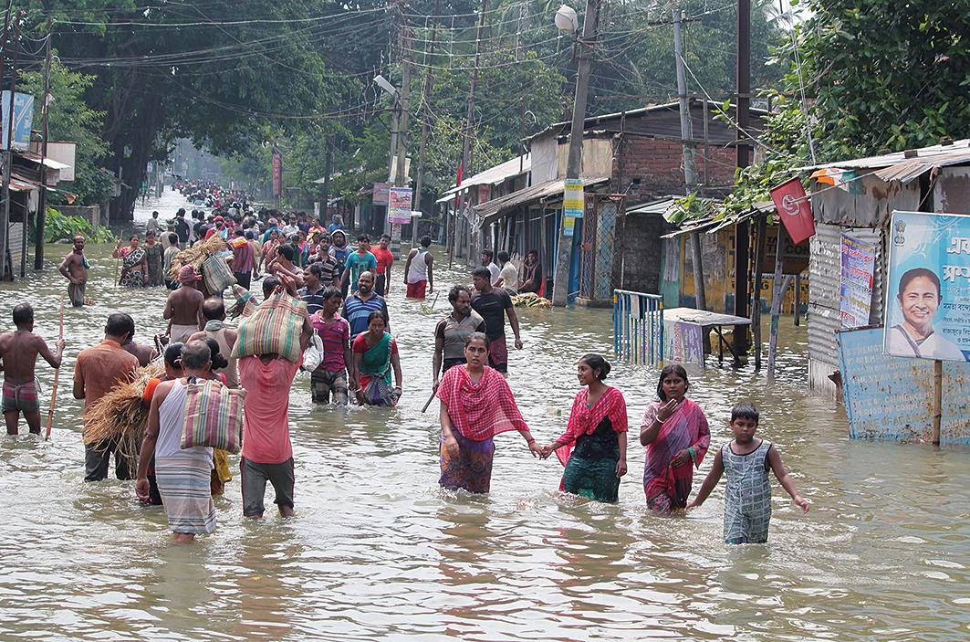 南亞多國近日來遭遇洪水襲擊,造成800多人死亡,超過2,400萬人受災。(AFP)