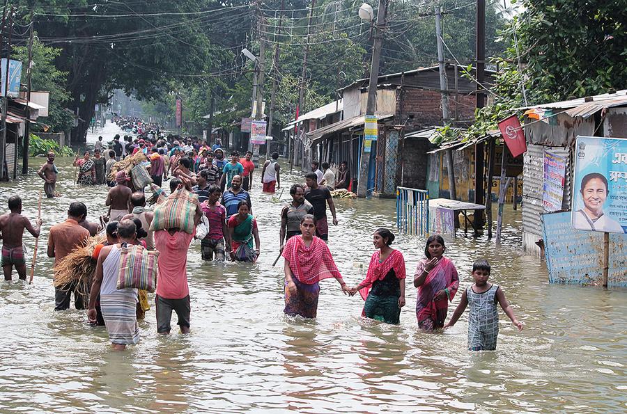 南亞洪水肆虐逾八百多人死