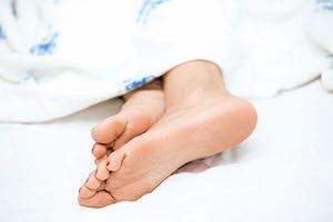 睡不著?腳伸出被窩能助眠