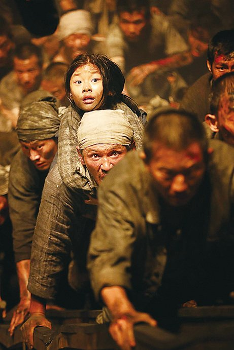 黃晸玟飾演的自私聰明小人物,為讓女兒生存下去,頂著槍林彈雨,重新搭起通往生存之路被炸毀的棧橋。(車庫提供)