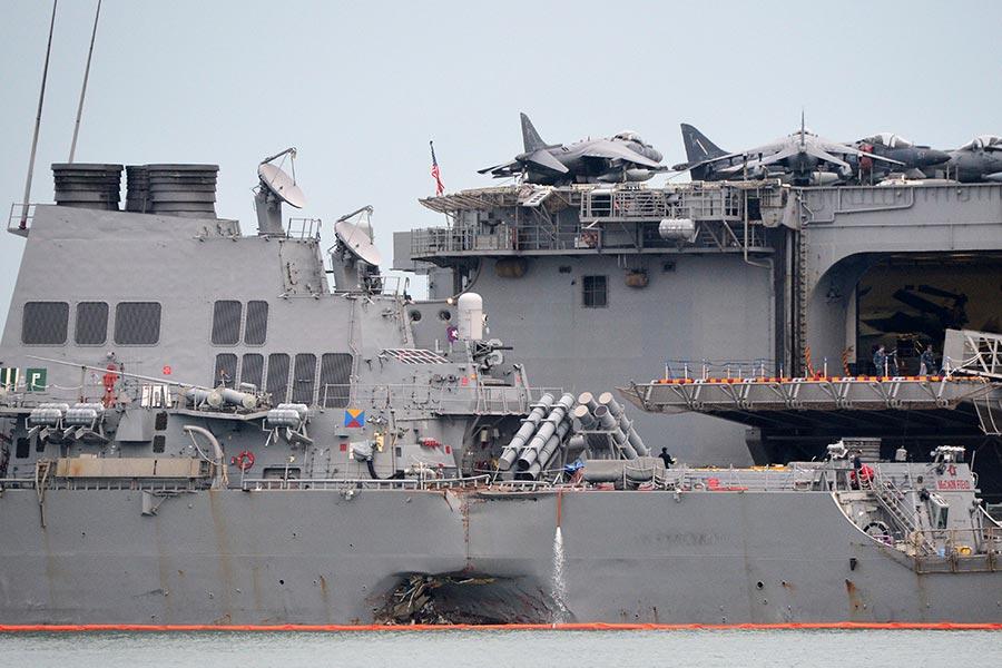 約翰麥凱恩號驅逐艦日前跟商船發生碰撞事故,十名船員至今失蹤。(ROSLAN RAHMAN/AFP/Getty Images)