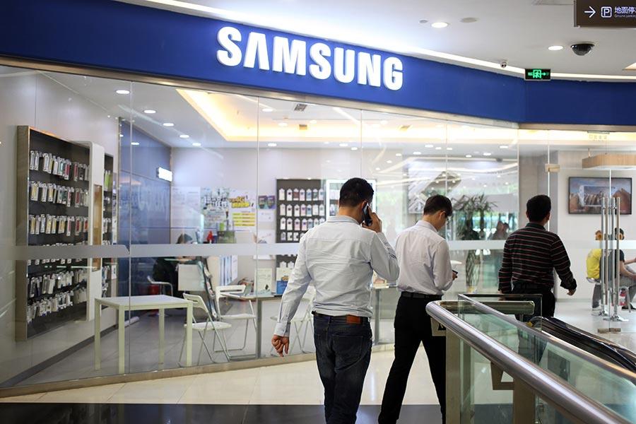 繼台資、日資和美資企業紛紛跑路後,韓國的三星深圳電子廠近日也整體被裁撤。圖為北京一家三星手機商店。(GREG BAKER/AFP/Getty Images)