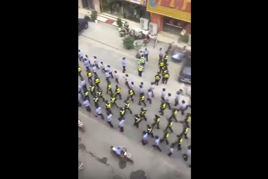 近日網傳大批警力進駐江蘇丹陽。據海外媒體報道,事涉幾個投資公司非法集資崩盤,受害民眾欲集會維權,警方戒備,丹陽進入一級戰備狀態。圖為警力進駐丹陽。(視像擷圖)