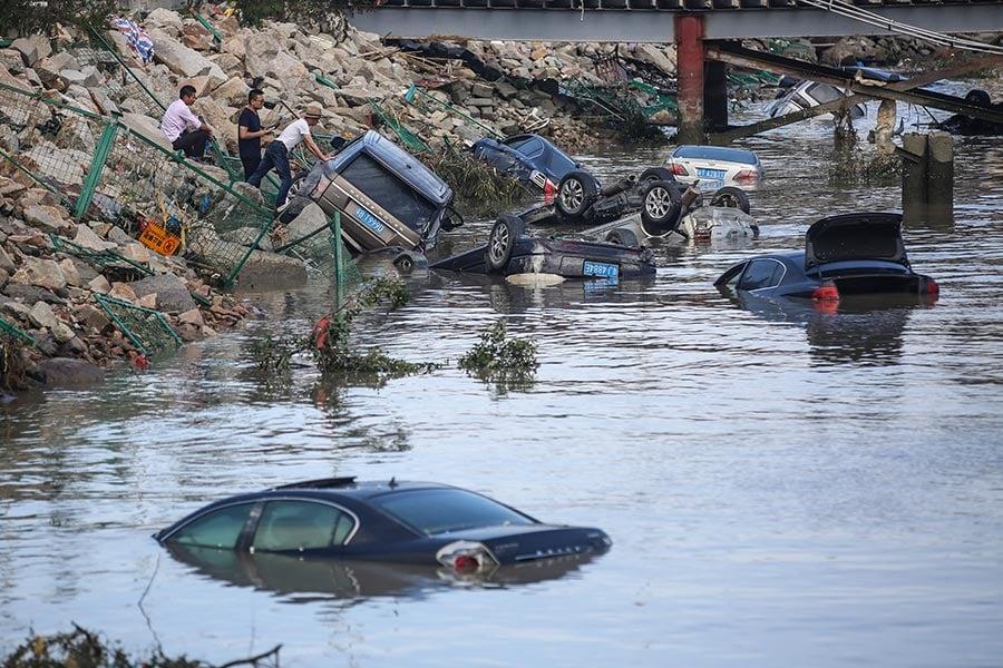 8月23日中午,颱風「天鴿」在珠海市登陸,帶來狂風暴雨。情侶路是珠海的城市象徵,在此次颱風吹襲中遭受重創。三十餘輛小汽車在颱風中被捲入海中。(大紀元資料室)