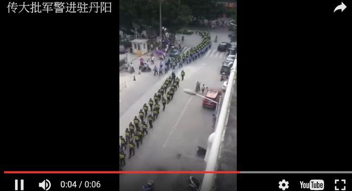8月24日,有2萬多受騙外地人在到「統資聯」公司登記地鎮江丹陽集結,致全城戒嚴。(視像擷圖)