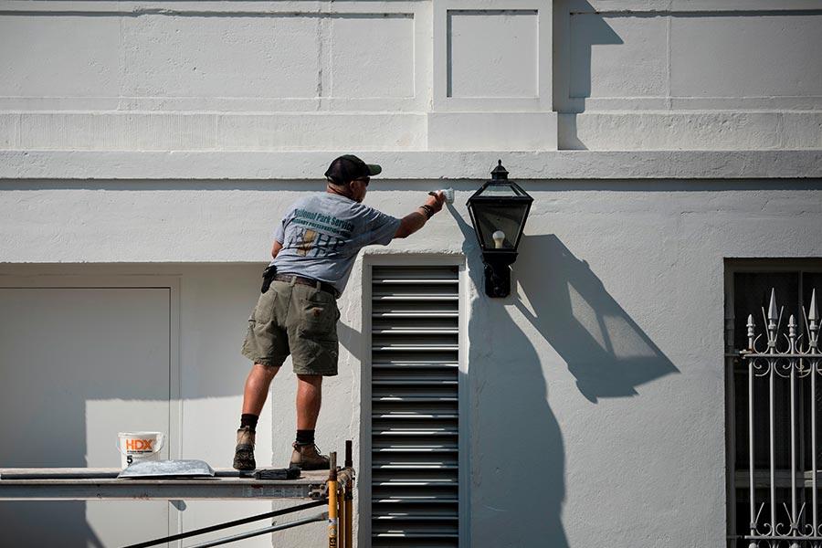 8月22日,白宮外牆被粉刷一新。(BRENDAN SMIALOWSKI/AFP/Getty Images)