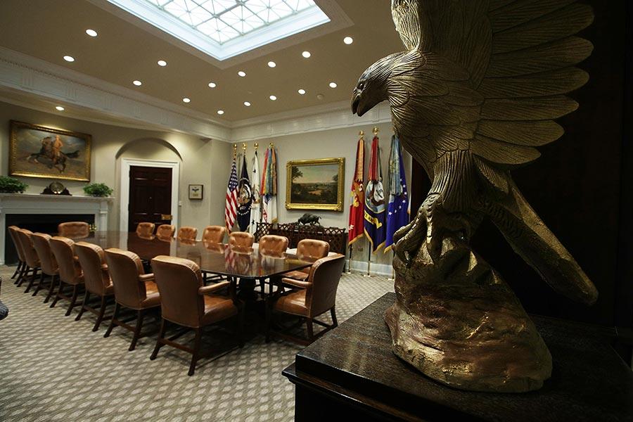 美國國鳥──禿鷹的雕像擺在了白宮的羅斯福屋裏。(Alex Wong/Getty Images)