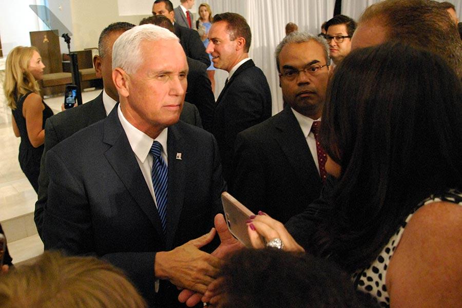 在新制裁發佈兩天前,副總統彭斯在邁阿密會晤了委內瑞拉流亡者。(JOSE CARUCI/AFP/Getty Images)
