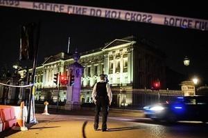 英恐襲威脅仍嚴重 白金漢宮外男子持刀襲兩警