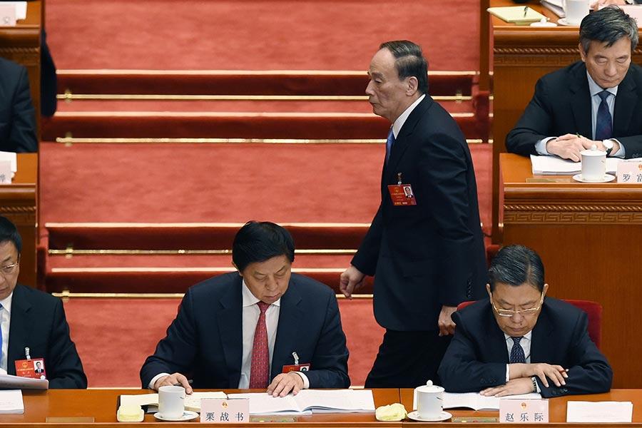 港媒8月26日披露,中共十九大將提前召開,「十九大」政治局常委已確定六人。剩下一席據媒體稱從三人中「權衡選出」。(WANG ZHAO/AFP/Getty Images)