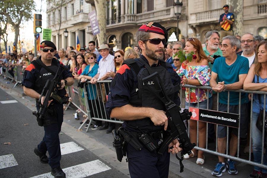 西班牙成千上萬的民眾聚集巴塞隆拿舉行反恐大遊行。警察嚴密戒備。(David Ramos/Getty Images)
