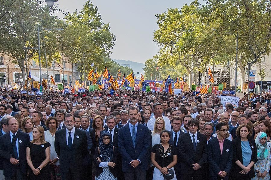 西班牙國王菲利普六世、首相拉霍伊帶領民眾舉行巴塞隆拿大遊行。(David Ramos/Getty Images)