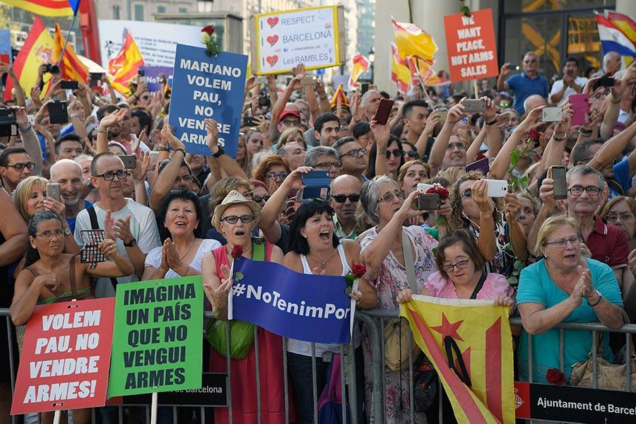 西班牙成千上萬的民眾聚集巴塞隆拿舉行反恐大遊行。活動的主題是「我不懼怕」(No tinc Por–I am not afraid)。(LLUIS GENE/AFP/Getty Images)