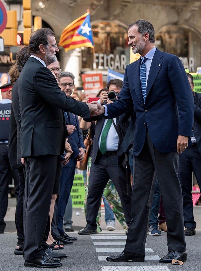 西班牙國王菲利普六世(右)、首相拉霍伊(左)參加了巴塞隆拿大遊行。(David Ramos/Getty Images)