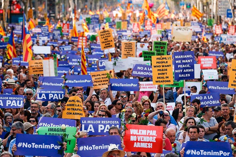 西班牙成千上萬的民眾聚集巴塞隆拿舉行反恐大遊行。活動的主題是「我不懼怕」(No tinc Por –I am not afraid)。(PAU BARRENA/AFP/Getty Images)