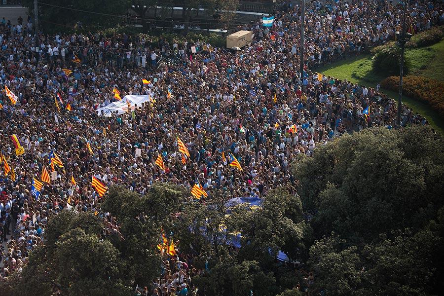 西班牙成千上萬的民眾聚集巴塞隆拿舉行反恐大遊行。活動的主題是「我不懼怕」(No tinc Por–I am not afraid) 。(David Ramos/Getty Images)