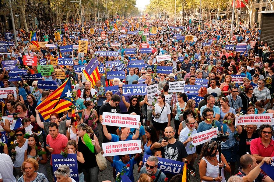 西班牙成千上萬的民眾聚集巴塞隆拿舉行反恐大遊行。活動的主題是「我不懼怕」(No tinc Por–I am not afraid) 。(PAU BARRENA/AFP/Getty Images)