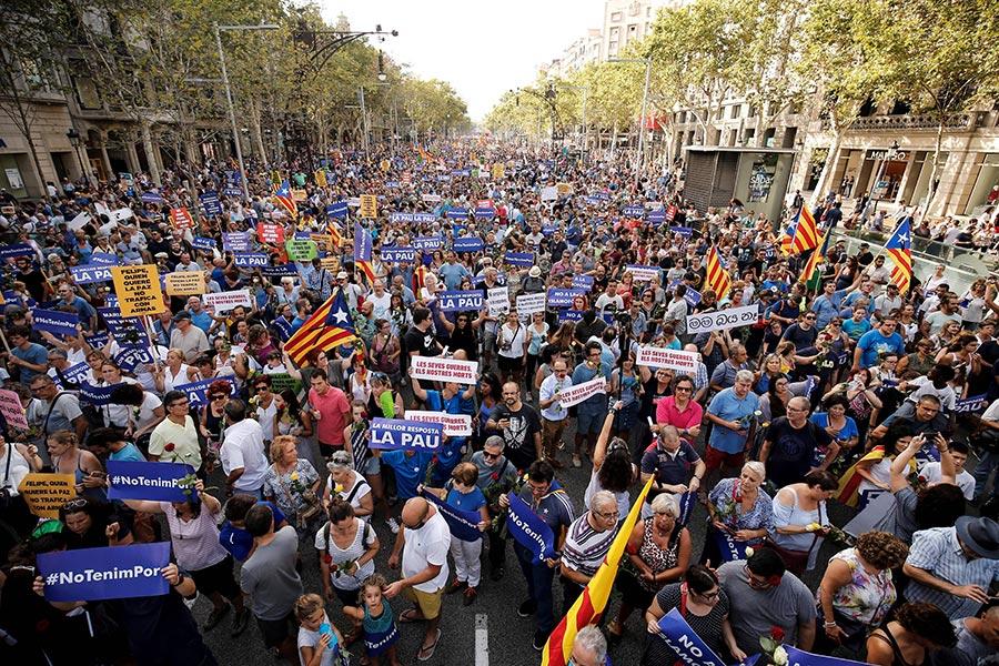西班牙成千上萬的民眾聚集巴塞隆拿舉行反恐大遊行。活動的主題是「我不懼怕」(No tinc Por–I am not afraid)。(PAU BARRENA/AFP/Getty Images)