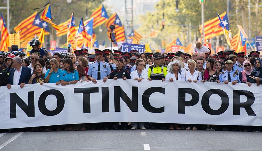 西班牙成千上萬的民眾聚集巴塞隆拿舉行反恐大遊行。活動的主題是「我不懼怕」(No tinc Por–I am not afraid)。(David Ramos/Getty Images)